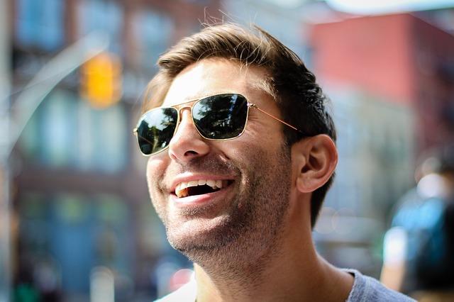 glad fyr med smarte solbriller